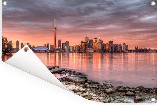 De stadshorizon van Toronto bij een zonsondergang in Noord-Amerika Tuinposter 90x60 cm - Tuindoek / Buitencanvas / Schilderijen voor buiten (tuin decoratie)
