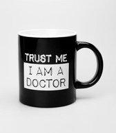 Zwart Wit Mok - Trust me I am a doctor - Gevuld met dropmix - In cadeauverpakking met gekleurd lint