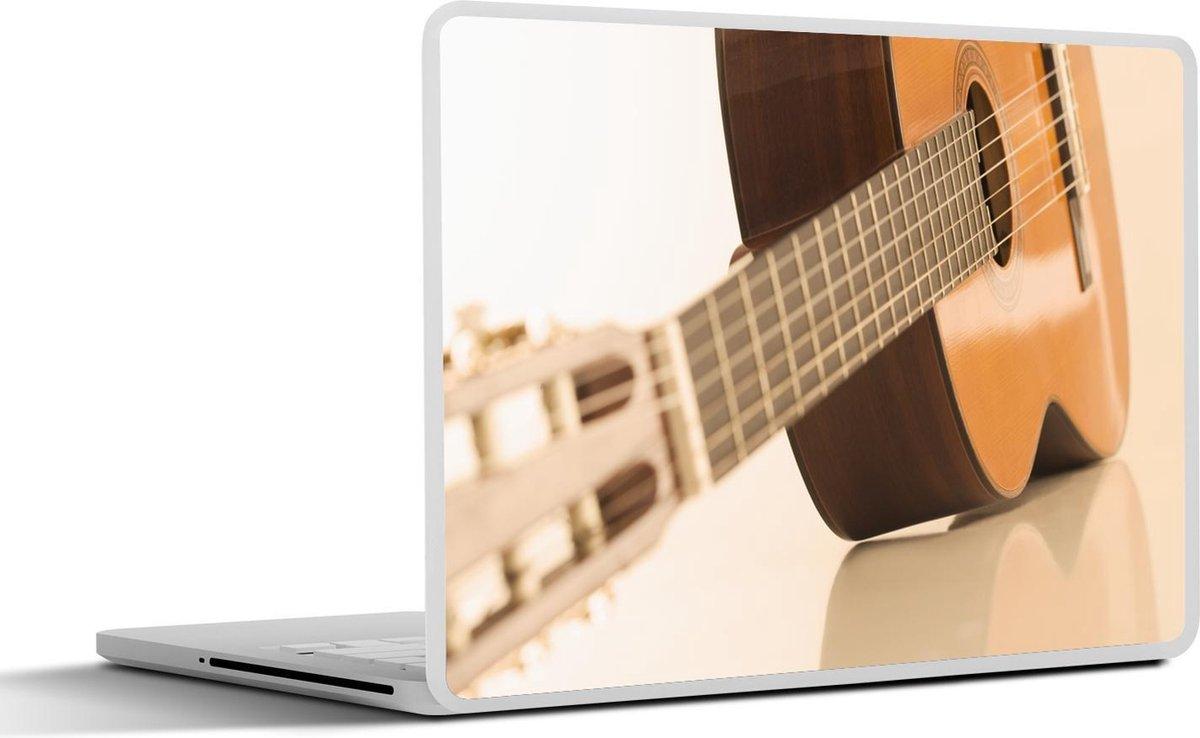 Laptop sticker - 10.1 inch - Een Akoestische gitaar ligt op de zij