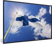 Foto in lijst - Vlag van Finland op een zonnige dag fotolijst zwart 60x40 cm - Poster in lijst (Wanddecoratie woonkamer / slaapkamer)