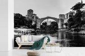 Zwart wit foto van de schitterende Stari Most brug fotobehang vinyl breedte 450 cm x hoogte 300 cm - Foto print op behang (in 7 formaten beschikbaar)