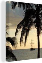 Silhouetten van palmbomen en een prachtig schip op de achtergrond bij Grand Cayman Canvas 60x80 cm - Foto print op Canvas schilderij (Wanddecoratie woonkamer / slaapkamer)