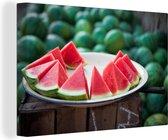 Watermeloenplakken op een bord op een markt Canvas 140x90 cm - Foto print op Canvas schilderij (Wanddecoratie woonkamer / slaapkamer)