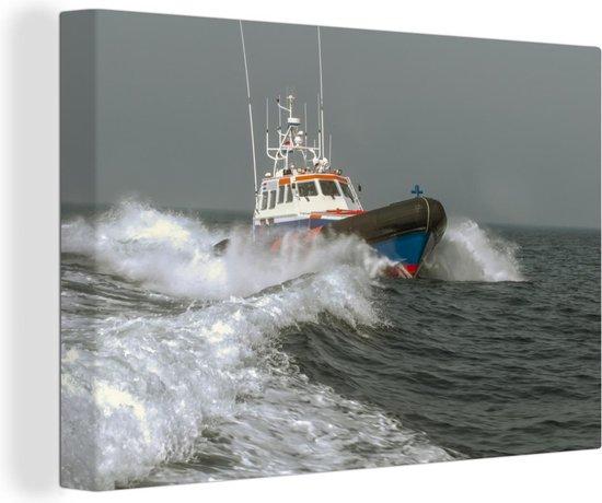 Een reddingsboot op zee 90x60 cm - Foto print op Canvas schilderij (Wanddecoratie woonkamer / slaapkamer)