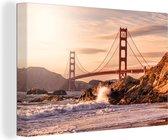 Golden Gate Bridge met wilde golven die op de rotsen klappen in San Francisco Canvas 90x60 cm - Foto print op Canvas schilderij (Wanddecoratie woonkamer / slaapkamer) / Amerikaanse steden Canvas Schilderijen
