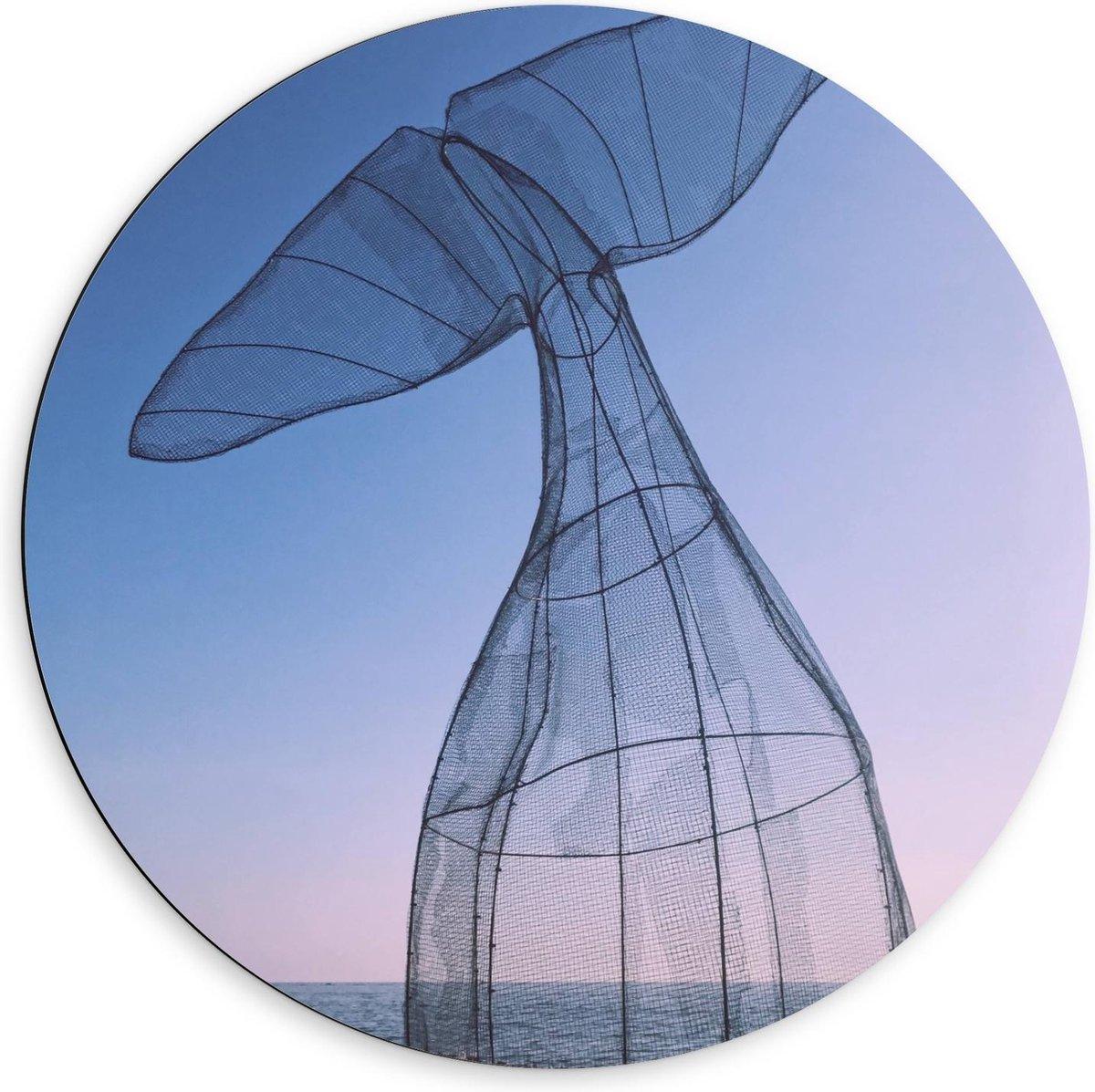 Dibond Wandcirkel - Vissenstaart van Recyclet Plastic aan Zee - 60x60cm Foto op Aluminium Wandcirkel (met ophangsysteem)