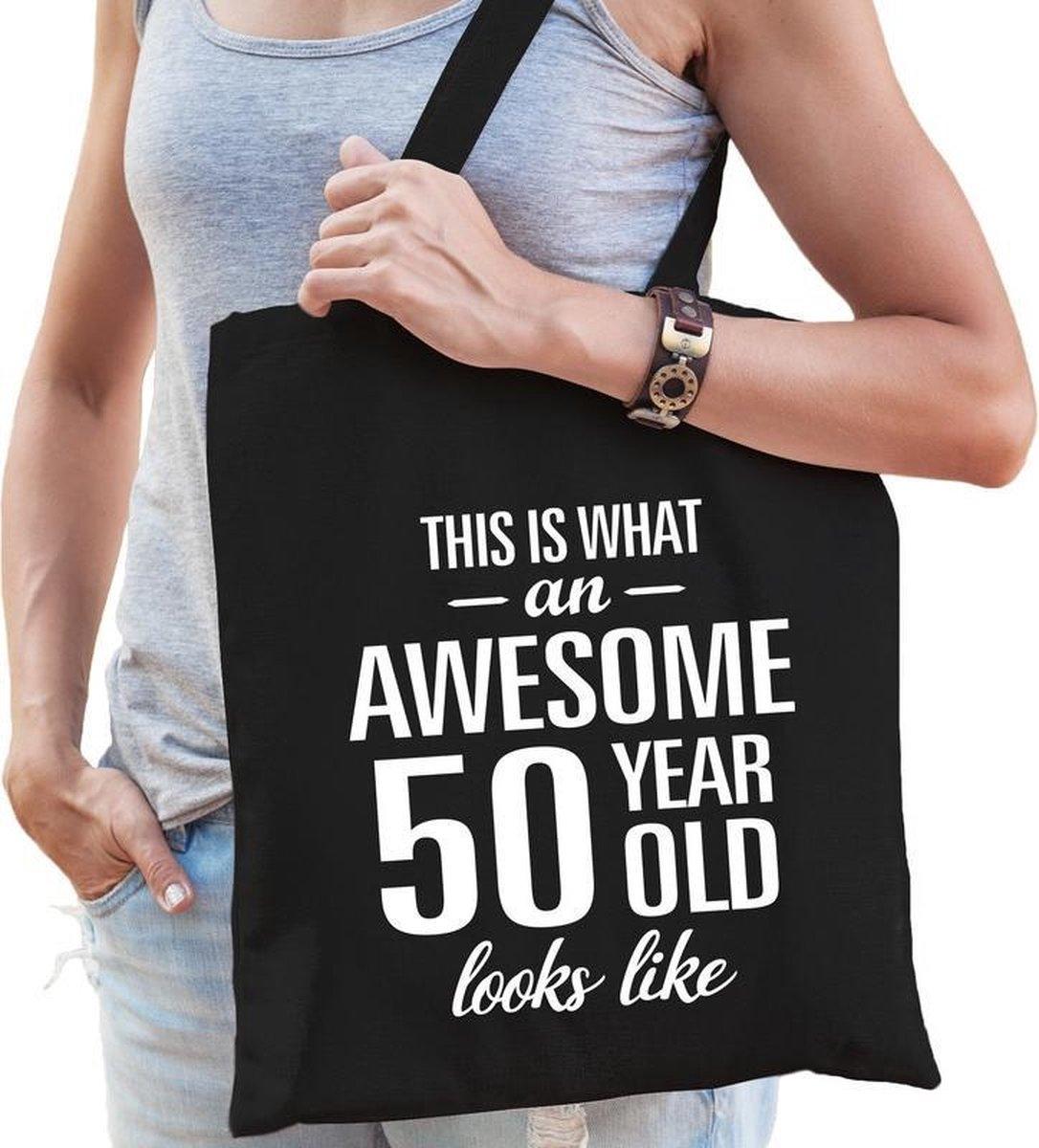Awesome 50 year / geweldig 50 jaar cadeau tas zwart voor dames - Sarah kado tas / verjaardag tasje /