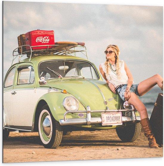 Bol Com Dibond Vrouw Tegen Oude Auto Met Koffers Aan Het Strand 100x100cm Foto Op