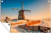Winters landschap met een windmolen bij zonsopkomst tuinposter los doek 90x60 cm - Tuindoek / Buitencanvas / Schilderijen voor buiten (tuin decoratie)