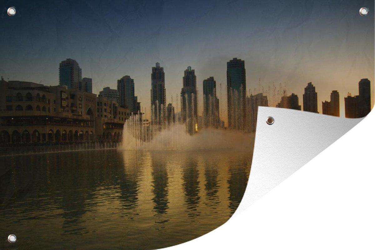 Tuinposter Dubai Fontein - Zonsondergang bij de Dubai fontein tuinposter los doek 180x120 cm - Tuindoek/Buitencanvas/Schilderijen voor buiten (tuin decoratie) XXL / Groot formaat!