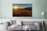 Schitterende zonsondergang achter de bergen van Wadi Rum Canvas 180x120 cm - Foto print op Canvas schilderij (Wanddecoratie woonkamer / slaapkamer) XXL / Groot formaat!