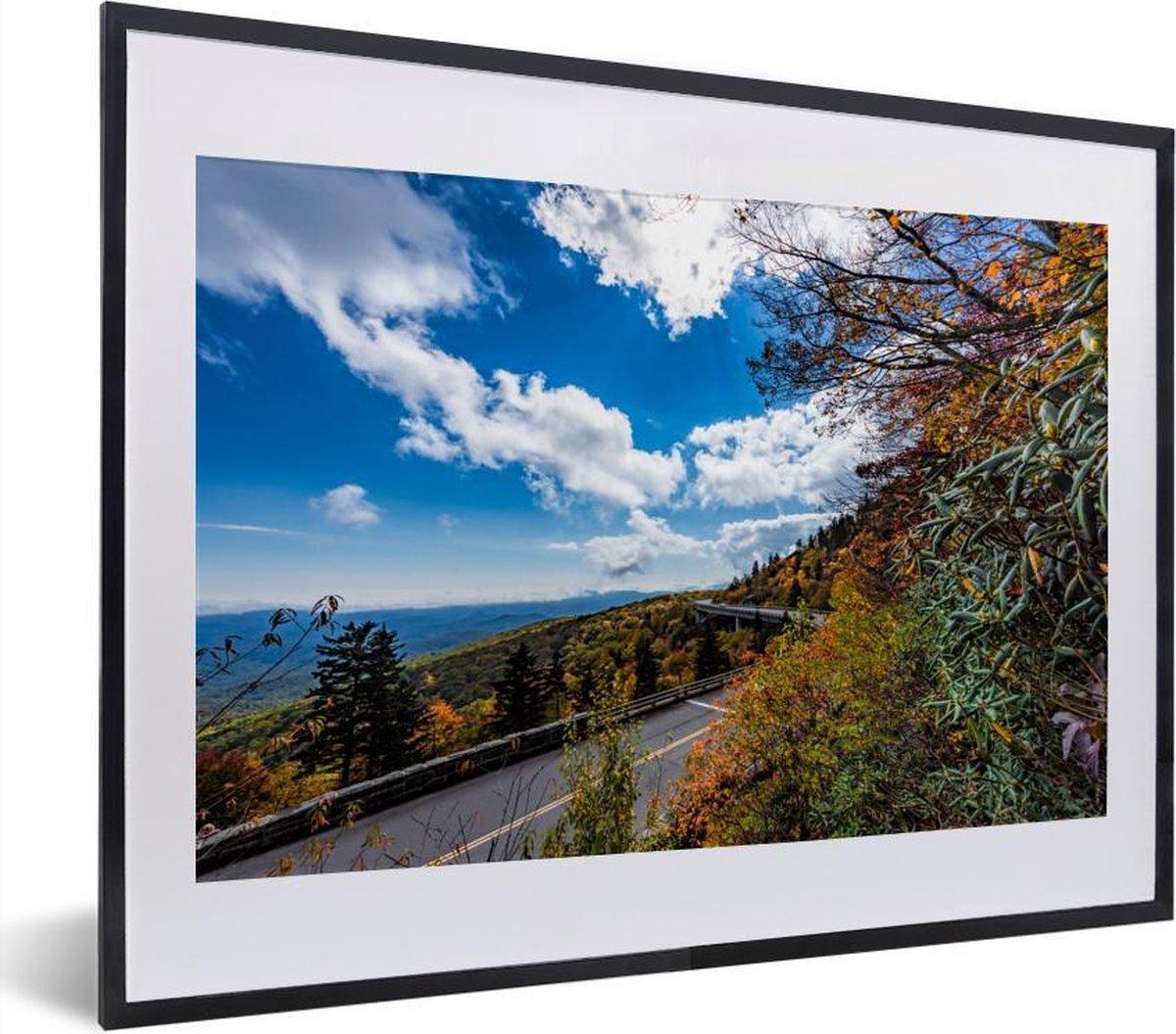 Poster met lijst Blue Ridge Parkway - Bewolkte lucht bij de Blue Ridge Parkway in het zuidoosten van Amerika fotolijst zwart met witte passe-partout - fotolijst zwart - 40x30 cm - Poster met lijst