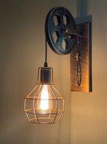 Metalen vintage wandlamp met katrol. Afmetingen wandlamp met wiel. 30,5x 24,0x 9,5 cm. Kleur brons, Fitting E27. Inclusief dimbare LED lamp van 5W in de kleur warm wit. 230V.