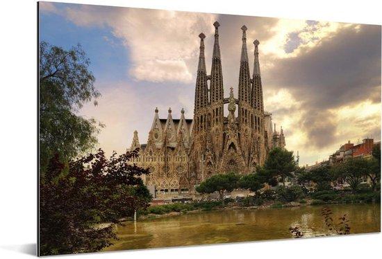 Sagrada Familia bij water Barcelona in Spanje Aluminium 60x40 cm - Foto print op Aluminium (metaal wanddecoratie)