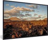 Foto in lijst - Het maanlandschap van het Nationaal park Timanfaya in Spanje fotolijst zwart 60x40 cm - Poster in lijst (Wanddecoratie woonkamer / slaapkamer)