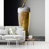 Zalig biertje op een zwarte achtergrond fotobehang vinyl breedte 300 cm x hoogte 300 cm - Foto print op behang (in 7 formaten beschikbaar)