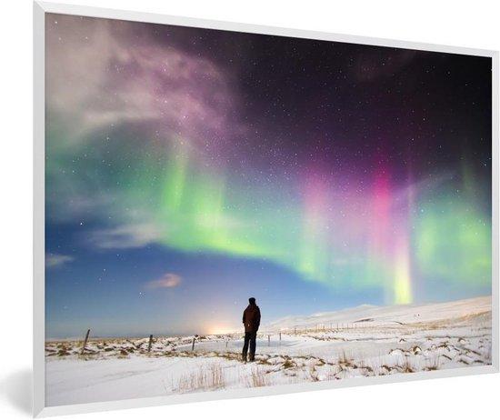 Foto in lijst - Een man kijkt naar poollicht in het noorden van IJsland fotolijst wit 60x40 cm - Poster in lijst (Wanddecoratie woonkamer / slaapkamer)