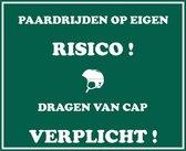 Manege- of bakbord met opschrift 'Paardrijden op eigen risico! Dragen van cap verplicht!' - Groen