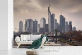 Fotobehang vinyl - Dreigende lucht boven Frankfurt am Main in Duitsland breedte 540 cm x hoogte 360 cm - Foto print op behang (in 7 formaten beschikbaar)