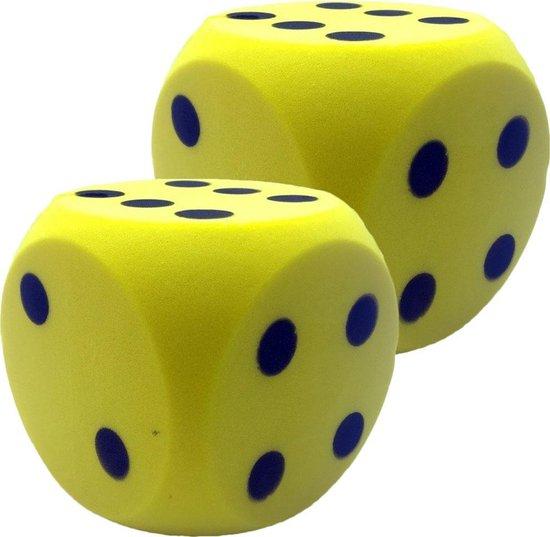 Afbeelding van het spel 2x Grote foam dobbelstenen geel 16 x 16 cm