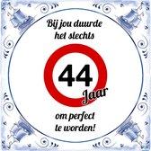 Verjaardag Tegeltje met Spreuk (44 jaar): bij jou duurde het slechts 44 jaar om perfect te worden + Cadeau verpakking & Plakhanger