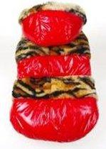 Jas gevoerd met muts en versiering in de kleur rood