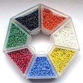 Nellie Snellen rocailles glaskraaltjes - 2mm -7 kleuren oranje/geel/blauw/wit/rood/groen/zwart kleine kraaltjes doosje-4