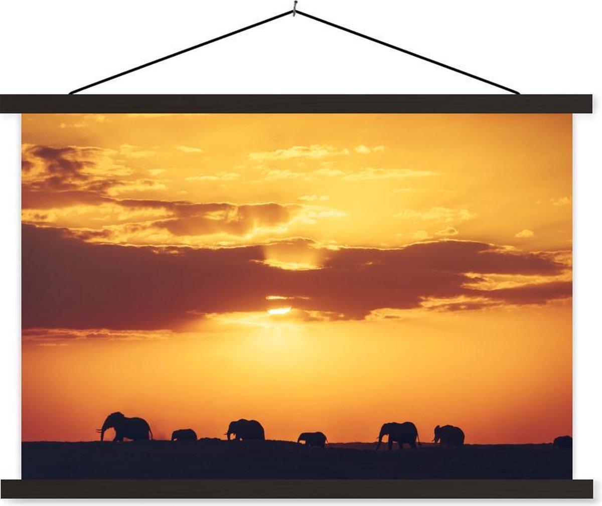 Kudde olifanten tijdens zonsondergang textielposter latten zwart 60x40 cm - Foto print op schoolplaat (wanddecoratie woonkamer/slaapkamer)