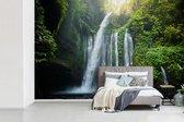 Fotobehang vinyl - Waterval in de jungle van het Nationaal park Gunung Rinjani op Lombok breedte 450 cm x hoogte 300 cm - Foto print op behang (in 7 formaten beschikbaar)