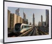Foto in lijst - Een trein in de stad Dubai fotolijst zwart met witte passe-partout 60x40 cm - Poster in lijst (Wanddecoratie woonkamer / slaapkamer)