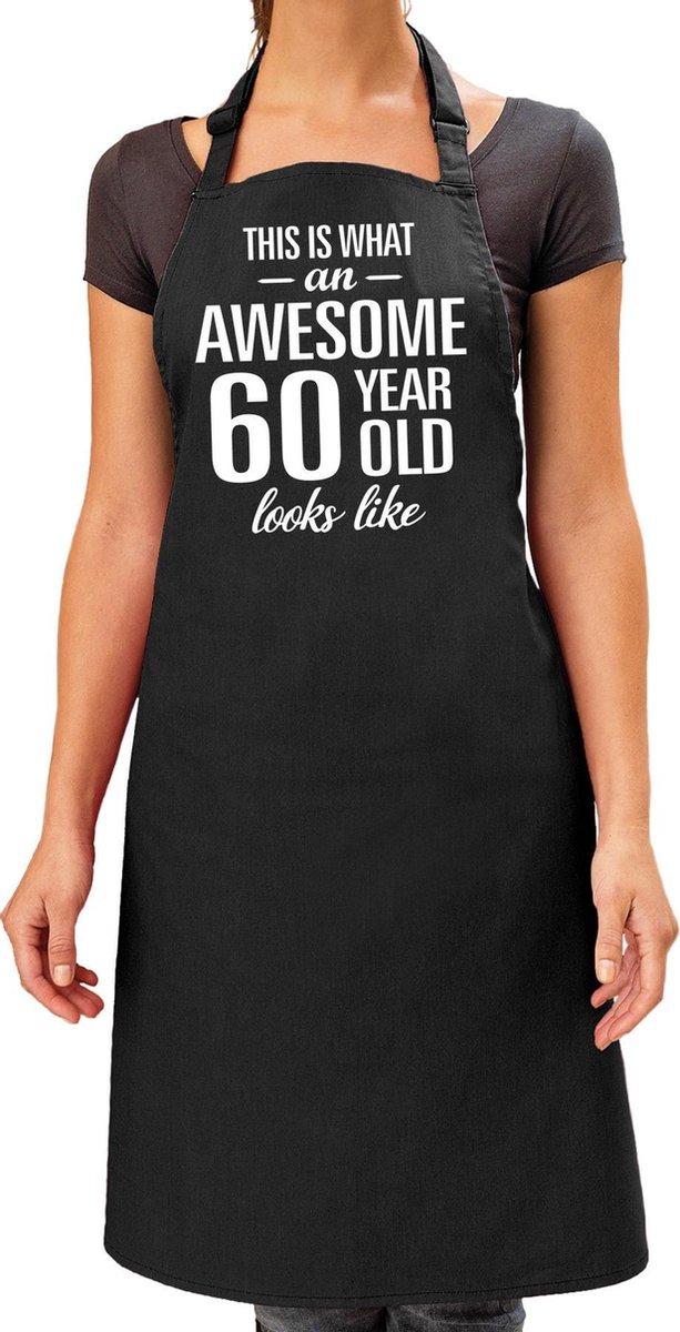 Awesome 60 year / 60 jaar cadeau bbq/keuken schort zwart voor dames - kado barbecue schort voor verjaardag