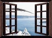 Tuindoek doorkijk door openslaand venster naar een baai in Griekenland- 130x95 cm - tuinposter - tuinposter doorkijkje – Doorkijk tuinposter - tuinposter doorkijk xxl – Balkondoek - Tuinposter buiten strand, zee, bergen