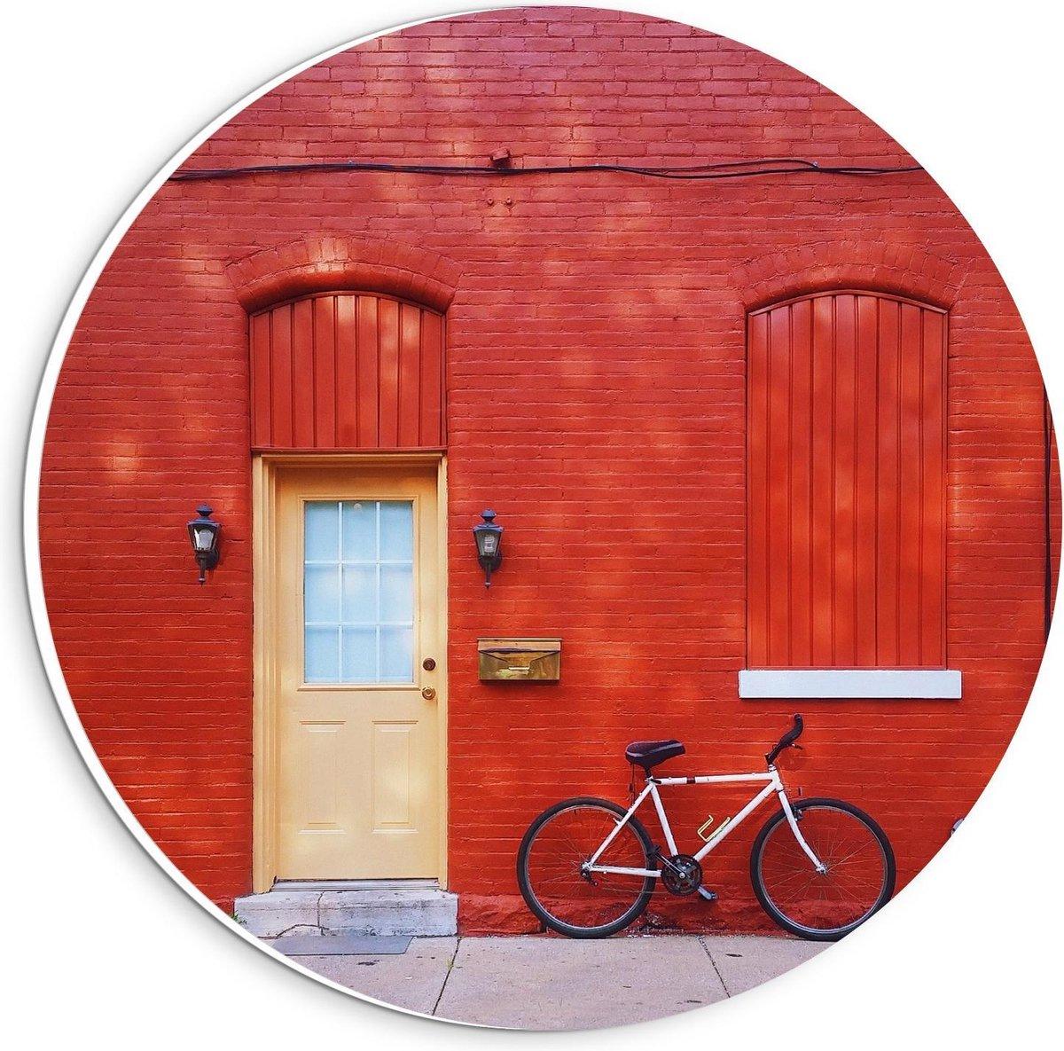 Forex Wandcirkel - Rood Huis met Gele Deur - 20x20cm Foto op Wandcirkel (met ophangsysteem)