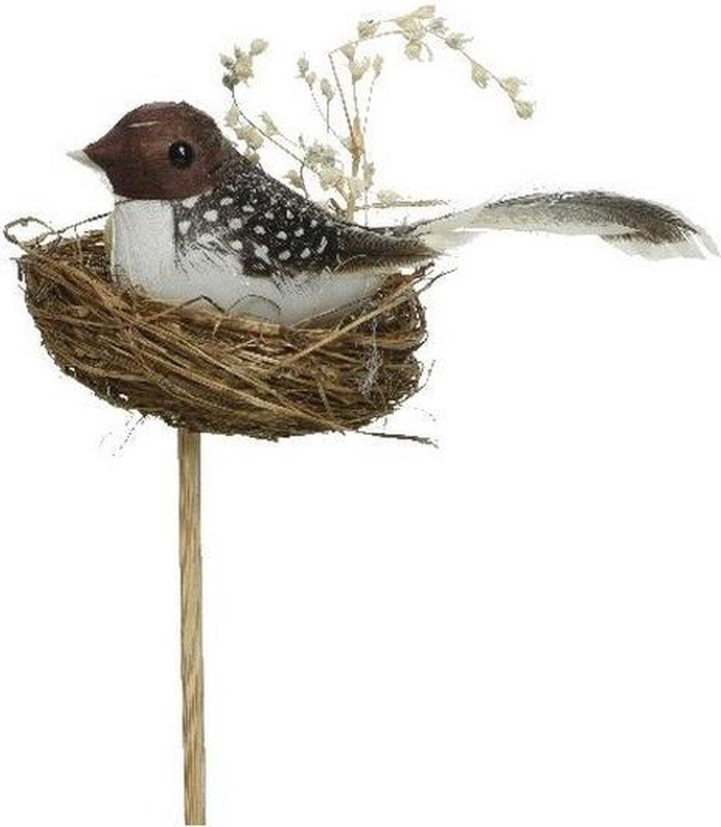 Donkerbruin/witte stippen Paasvogeltje in nest met eitje 7 cm op steker - Pasen feestdecoratie/versiering - Dierenbeelden
