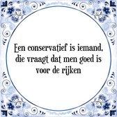 Tegeltje met Spreuk (Tegeltjeswijsheid): Een conservatief is iemand, die vraagt dat men goed is voor de rijken + Kado verpakking & Plakhanger