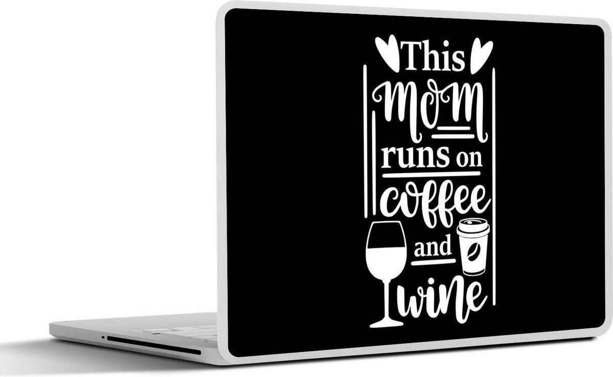 Laptop sticker - 13.3 inch - Moederdag quote This mom runs on coffee and wine op een zwarte achtergrond