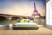 Fotobehang vinyl - De Eiffeltoren aan de Seine breedte 380 cm x hoogte 265 cm - Foto print op behang (in 7 formaten beschikbaar)