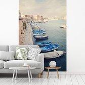 Fotobehang vinyl - Mooie boten naast elkaar aan de wal in Gallipoli breedte 215 cm x hoogte 320 cm - Foto print op behang (in 7 formaten beschikbaar)
