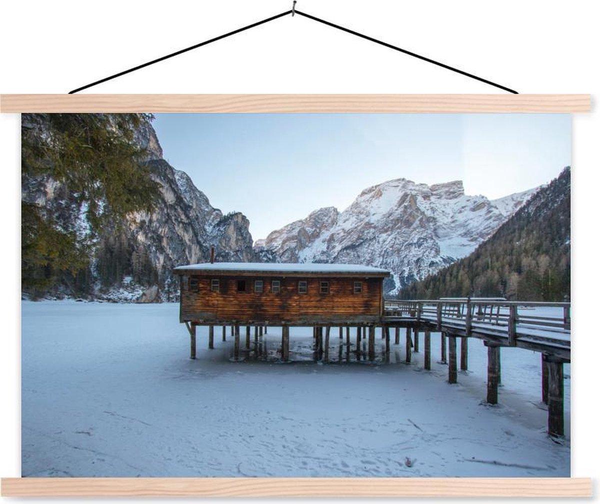 Bevroren meer Lago di Braies in Italië schoolplaat platte latten blank 150x100 cm - Foto print op textielposter (wanddecoratie woonkamer/slaapkamer)