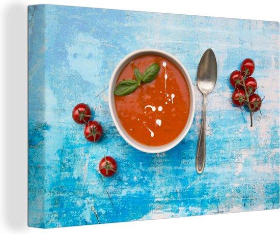 Kom tomatensoep op blauwe oppervlakte Canvas 90x60 cm - Foto print op Canvas schilderij (Wanddecoratie woonkamer / slaapkamer)