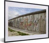 Foto in lijst - Berlijnse Muur met graffiti erop fotolijst zwart met witte passe-partout klein 40x30 cm - Poster in lijst (Wanddecoratie woonkamer / slaapkamer)