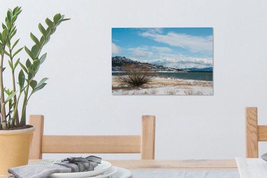Besneeuwde oever in het Nationaal park Sierra de Guadarrama in Spanje Canvas 30x20 cm - klein - Foto print op Canvas schilderij (Wanddecoratie woonkamer / slaapkamer)