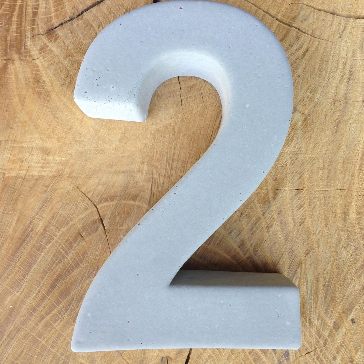 betonnen huisnummer 2, nummer twee van beton - Letterexpert