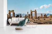 Fotobehang vinyl - Blauwe lucht boven de ruïnes van Persepolis Iran breedte 605 cm x hoogte 340 cm - Foto print op behang (in 7 formaten beschikbaar)