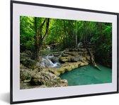Foto in lijst - Groene natuur in het Nationaal park Erawan in Thailand fotolijst zwart met witte passe-partout klein 40x30 cm - Poster in lijst (Wanddecoratie woonkamer / slaapkamer)