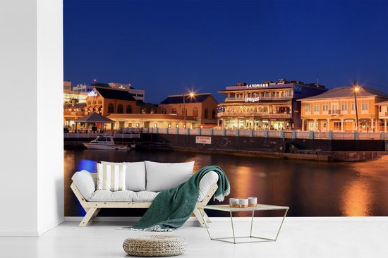 Fotobehang vinyl - Het schitterende verlichte stadszicht van Grand Cayman breedte 330 cm x hoogte 220 cm - Foto print op behang (in 7 formaten beschikbaar)