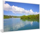 Foto in lijst - Mangroven met weerkaatsing van de wolken in het water van de Baai-eilanden fotolijst wit 60x40 cm - Poster in lijst (Wanddecoratie woonkamer / slaapkamer)