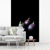 Fotobehang vinyl - Mysterieuze foto van duistere vijgen op donkere plaat breedte 215 cm x hoogte 320 cm - Foto print op behang (in 7 formaten beschikbaar)
