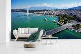 Fotobehang vinyl - Prachtige luchtfoto van Meer van Genève en de fontein breedte 605 cm x hoogte 340 cm - Foto print op behang (in 7 formaten beschikbaar)
