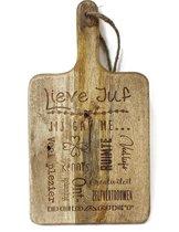 Stoer landelijk snijplankje-hapjesplankje met tekst gravure: LIEVE JUF. Cadeau-bedankje juf. Het formaat is  19,5x36cm incl. handvat en 19,5x24,5cm excl. handvat